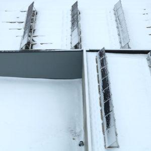 Aurinkopaneeleja katolla.