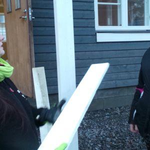 Sari Tanttinen ojentaa Sanne Mäensivulle lautaa.