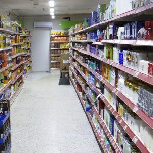 Hyllyjä täynnä tuotteita Pylkönmäen toisessa kyläkaupassa eli Pylkön Jätissä
