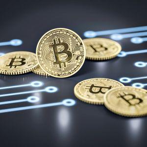 Bitcoin -kolikkoja tumman taustan päällä.