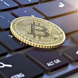 Bitcoin -kolikko näppäimistön päällä.