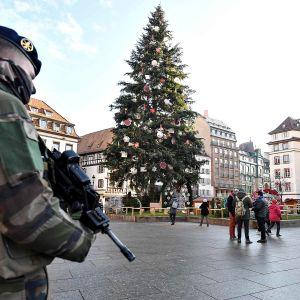 Sotilas on turvaamassa keskustan aluetta 13. joulukuuta.