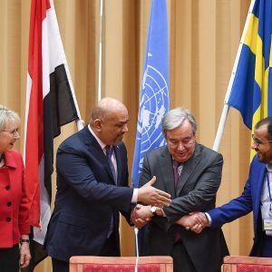 Jemenin sotivien osapuolten edustajat kättelevät YK:n pääsihteeri Antonio Guterresin silmien alla. Vasemmalla Margot Wallström.
