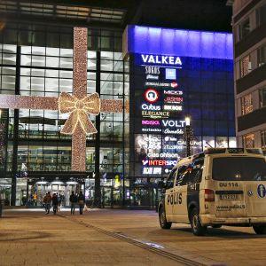 Poliisiauto valvoi kauppakeskuksen edustalla oulussa.
