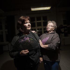 Kaksi naista harrastajateatterin harjoituksissa.