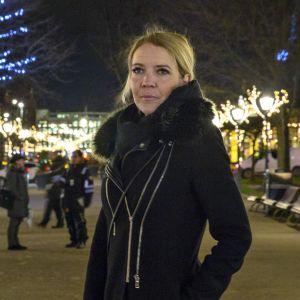 Hanna Lintumäki nauttii Esplanadin puiston jouluvaloista.