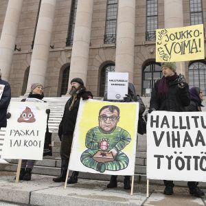 Mielenosoittajia Eduskunnan rappusilla.