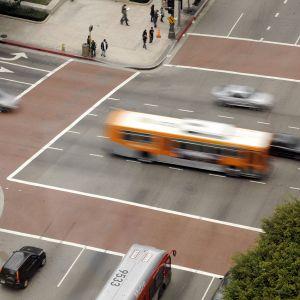 Autoja katujen risteyksessä Los Angelesissä.
