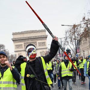 Keltaliiviset mielenosoittajat kokoontuvat Pariisissa.