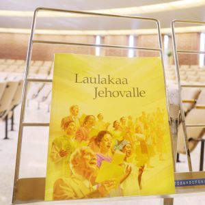 Jehovan todistajain laulukirja valtakunnansalissa Vantaalla.