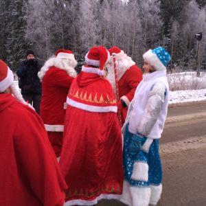 Suomalainen joulupukki ja venäläinen pakkasukko seuruineen.