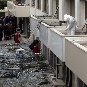 Poliisit tutkivat pommin räjähdyspaikkaa Skai-televisiokanavan tilojen ulkopuolella Ateenassa.