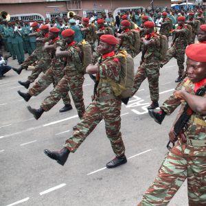 Nigerian armeijan sotilaat marssivat juhlaparaatissa Cotonouhissa .