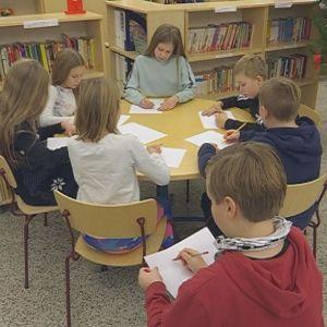 Riihimäen Patastenmäen Tiilikoulun 4.- ja 5.-luokkalaisia piirtelemässä