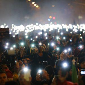Tuhannet unkarilaiset osallistuivat mielenosoitukseen Budapestin parlamenttitalolla sunnuntaina.