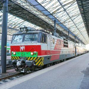 Tolstoi-juna Helsingin päärautatieasemalla.
