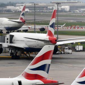 Lentokoneita Lontoon Gatwickin lentokentällä.