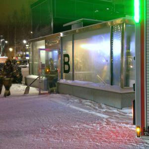 Palomies poistuu toriparkista Mikkelissä