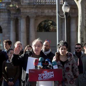 Katalonialainen näyttelijä Manel Barcelo kannusti keskiviikkona ihmisiä osallistumaan hallituskokouksen vastaisiin mielenosoituksiin Barcelonassa.