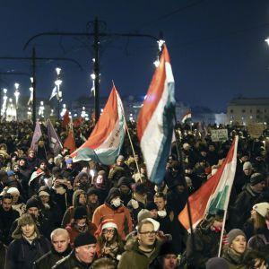 Mielenosoittajia Széchenyin ketjusillalla Budapestissä 21. joulukuuta 2018.