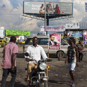 Vaalimainontaa Kinshasan kadulla.
