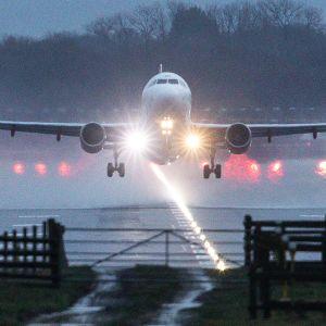 Lentokone nousee kiitoradalta Gatwickin lentokentältä.