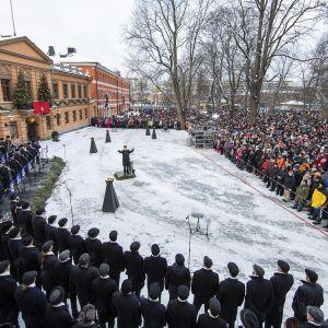 Kansa kuuntelee, kun Turun kaupungin protokollapäällikkö Mika Akkanen julistaa joulurauhan Turussa jouluaattona.