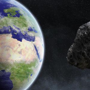 Taiteilijan näkemyksessä asteroidi lähestyy maata.