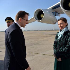 Venäjän lapsiasiainvaltuutettu Anna Kuznetsova odottaa siirrettäviä lapsia Bagdadin kansainvälisellä lentokentällä. Mukana on myös Venäjän suurlähettiläs Maksim Maksimov.