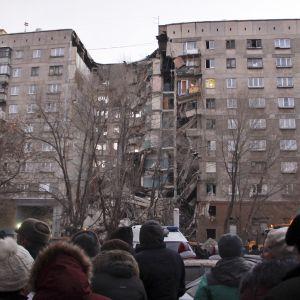 Kaasuräjähdyksessä vaurioitunut kerrostalo.