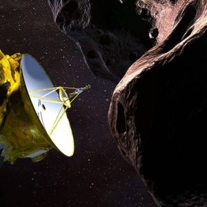 Piirroskuva luotaimesta, jossa on satelliittilautanen, lentämässä asteroidin lähellä.