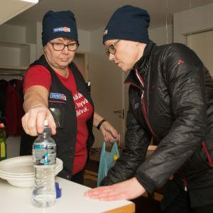 Siivoojat Irma Miettinen ja Tanja Venehsalo siivoavat matkailukeskus Tahkon huoneiston keittiötä.