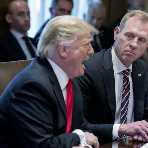 Virkaa tekevä puolustusministeri Patrick Shanahan ja presidentti Donald Trump kuvattuna Valkoisessa talossa 2. tammikuuta 2019.