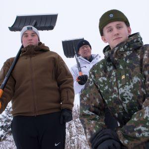 Henri, Heikki ja Hannu Helve poseeraavat kotipihansa edustalla.