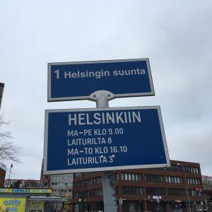 Linja-autolaiturin kyltti: Helsingin suunta.