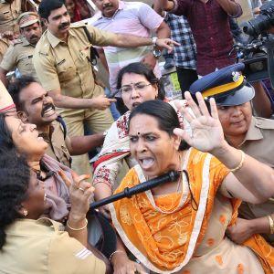 Poliisi pidätti keskiviikkona Kochin kaupungissa aktivisteja, jotka vastustivat naisten sallimista Sabarimalan pyhäkköön. Pidätettyjen joukossa oli myös naisia.