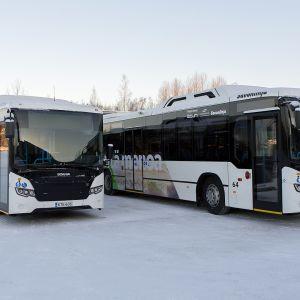 Kaksi uutta biokaasubussia varikolla Lappeenrannassa.