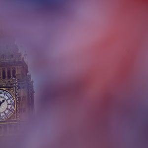 Lontoon Big Ben näkyy Union Jack-lipun takaa.