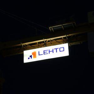 Rakennusliike Lehdon logo nosturissa.