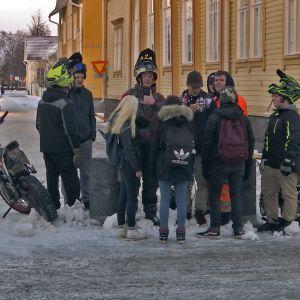 Raahelaisia nuoria Laivurinkadulla urheilutalo Raahelan edessä.