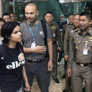 Rahaf Mohammed al-Qunun poistumassa Bangkokin lentokentältä thaiviranomaisten sekä UNHCR:n edustajien kanssa 7. tammikuuta 2019.