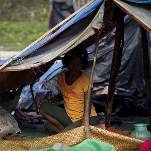 Rohingya-pakolaistyttö teltassa