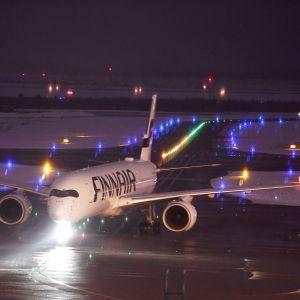 Finnairin lentokone Helsinki-Vantaan lentokentällä Vantaalla 8. tammikuuta.