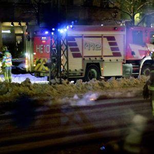 Paloauto ja palomiehiä mannerheimintiellä