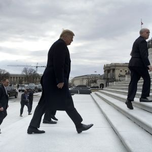 Donald Trump saapumassa Yhdysvaltain kongressiin Washingtonissa 9. tammikuuta.