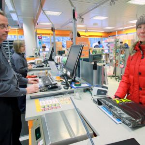 Mikkeliläinen Sanni Roponen Postin kassalla noutamassa netissä tekemäänsä tilausta.
