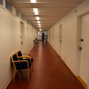 Alvar Aallon suunnittelema Seinäjoen kaupungintalo on suojeltu rakennussuojelulain korkeimmalla tasolla. Esimerkiksi tälle käytävälle voi tehdä remonteissa vain ennallistavia toimenpiteitä.