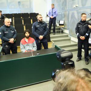 Turun puukotusiskua koskeva oikeudenkäynti Saramäen vankilassa 9. huhtikuuta 2018.