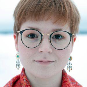 Sateenkaarisaamelainen Anne Olli valittiin vuoden 2018 sateenkaarinuoreksi ja LHBTIQ-aktivistiksi.