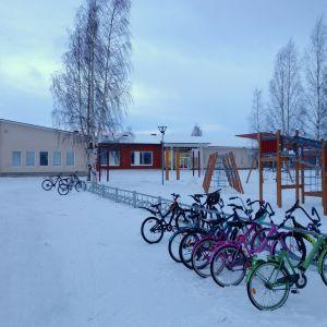 Kellon koulussa on yhteensä noin 630 oppilasta, lisäksi samassa rakennuksessa toimii päiväkoti.